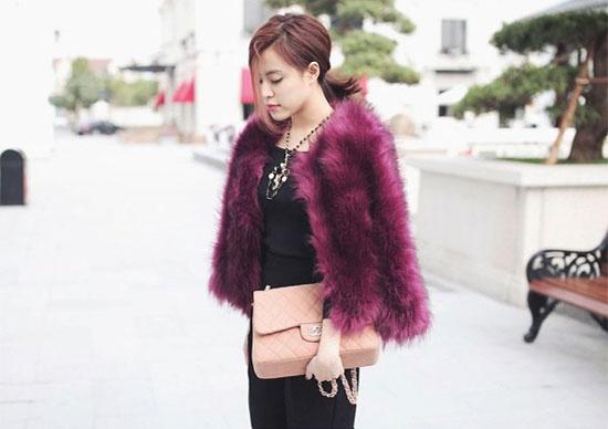 Nữ ca sĩ sang chảnh với bộ đồ đen bên trong kết hợp áo lông tím và túi Chanel gam màu pastel nhẹ nhàng khi ra phố.