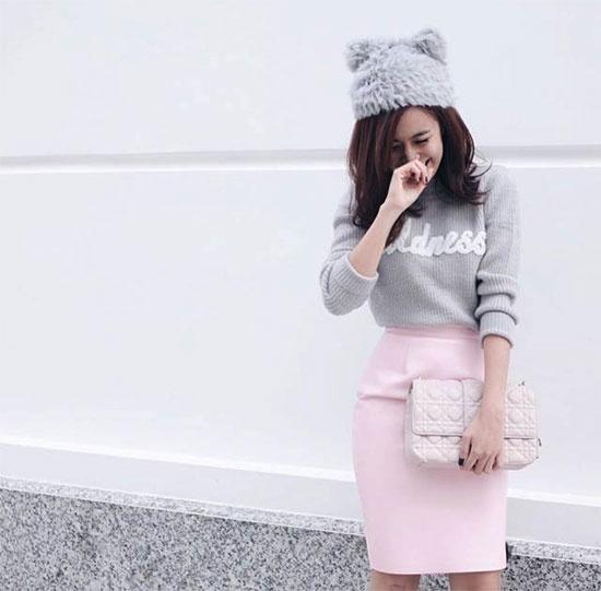 Chiếc túi Miss Dior mang nét đẹp vừa cổ điển lại hiện đại được phối cùng chân váy hồng và áo len dệt kim màu xám. Túi này tùy vào kích thước và dây đeo mà có giá từ khoảng 60 đến 90 triệu đồng.