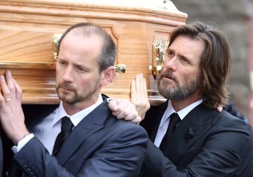 Jim Carrey lang nguoi dua tang ban gai hinh anh