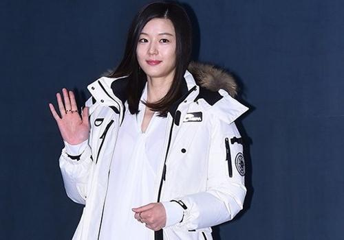 Jeon Ji Hyun giau bung bau 6 thang voi ao rong hinh anh