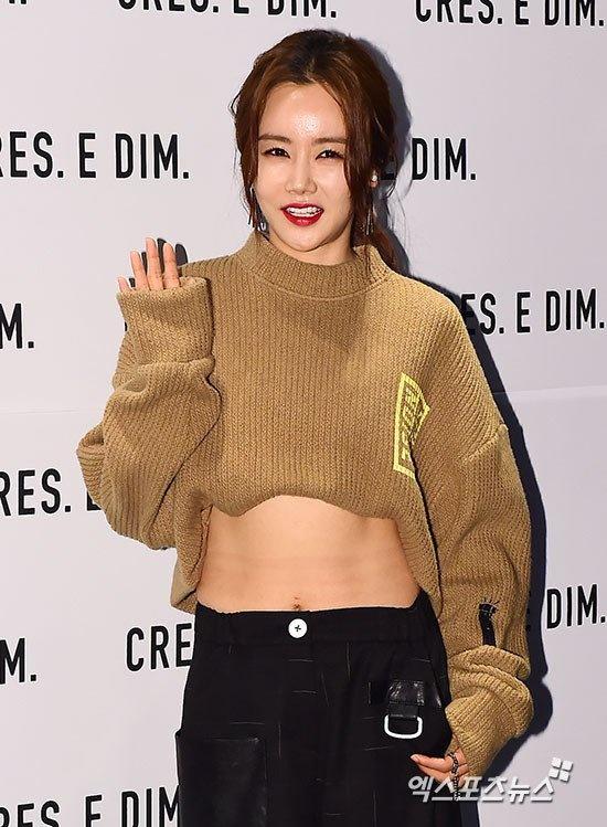 Loat my nhan Han khoe eo thon di xem thoi trang hinh anh 8 Nữ diễn viên mặc áo len freesize với phần vạt áo được cuộn cao tạo thành crop top. Với điểm nhấn này, Seul Hye khoe được vòng eo săn chắc ở tuổi 36.