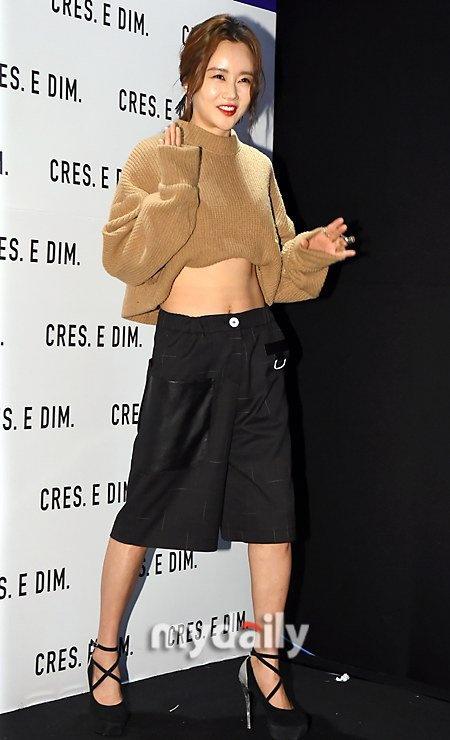 Loat my nhan Han khoe eo thon di xem thoi trang hinh anh 7 Hwang Woo Seul Hye khiến người đối diện khó đoán tuổi khi cô diện trang phục gợi cảm dự show CRES.E DIM.