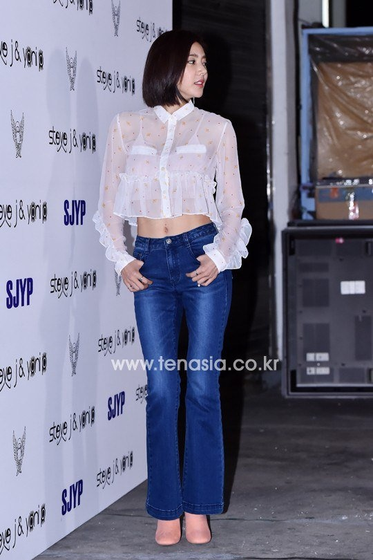 Loat my nhan Han khoe eo thon di xem thoi trang hinh anh 13 Son Dam Bi là sao nữ hiếm hoi chưa màng đến mùa thu khi diện áo voan và quần jeans ống loe.