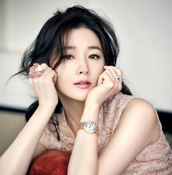 20 minh tinh la bieu tuong sac dep cua showbiz Han hinh anh 9 Trong danh sách những người đẹp nhất Hàn Quốc chưa bao giờ thiếu tên Lee Young Ae bởi sự nổi tiếng, nét quyến rũ và cả hình tượng sạch bóng scandal.