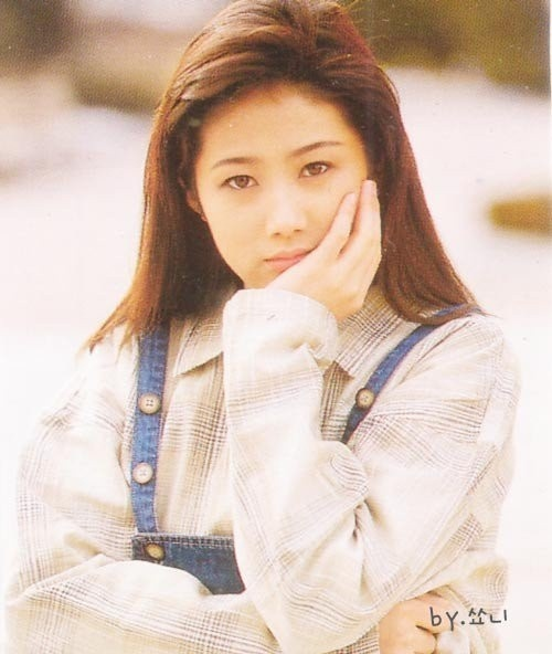 """20 minh tinh la bieu tuong sac dep cua showbiz Han hinh anh 1 Shim Eun Ha sinh năm 1972, từng được mệnh danh là bảo bối sắc đẹp màn ảnh Hàn Quốc. Cô tham gia không nhiều phim nhưng tất cả đều thành công vang dội khi phát sóng. Khán giả đến giờ vẫn nhớ đến Cú nhảy cuối cùng, Giáng sinh tháng 8 - loạt phim làm nên thành công của phim Hàn tại thị trường châu Á. Nữ diễn viên Lee Young Ae từng được ví là """"tiểu Shim Eun Ha"""", như một sự so sánh với đàn chị trong nghề."""