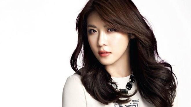 20 minh tinh la bieu tuong sac dep cua showbiz Han hinh anh 7 Đả nữ màn ảnh Ha Ji Won sở hữu khuôn miệng gợi cảm và ánh mắt thông minh. Cô được truyền thông đánh giá cao về ngoại hình.