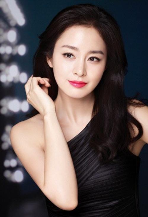 """Bi quyet de co lam da dep nhu Kim Tae Hee, Lee Hyori hinh anh 1 Sau thành công của """"Yong Pal"""" thì vẻ đẹp không tỳ vết của Kim Tae Hee lại được cư dân mạng tán dương. Bí quyết của Kim Tae Hee thì lại cực kỳ đơn giản: bổ sung đầy đủ dưỡng chất cho da, đặc biệt là từ các loại nước ép. Nước ép yêu thích của cô nàng chính là: cà rốt, táo và cà chua."""