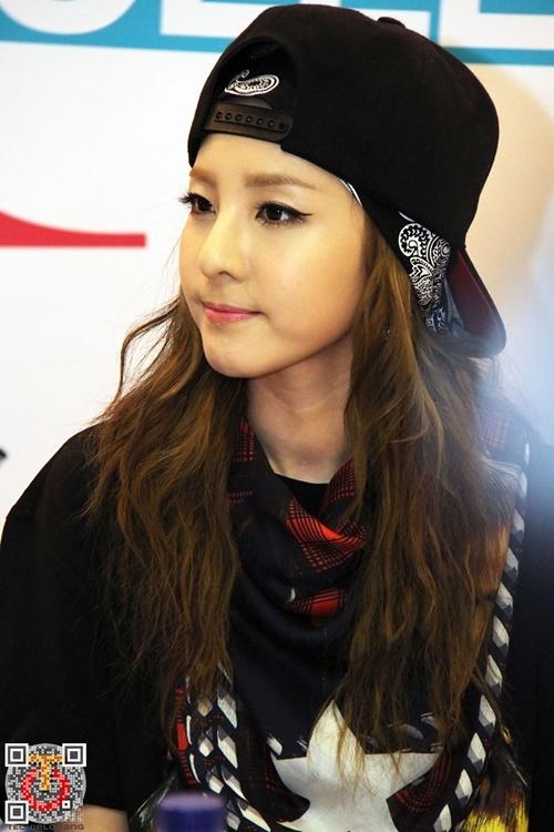 """Bi quyet de co lam da dep nhu Kim Tae Hee, Lee Hyori hinh anh 2 """"Cô nàng không tuổi"""" Dara đã chứng minh cho việc chăm sóc da là vô cùng cần thiết. Ngay cả khi ở độ tuổi 31 thì dường như không hề xuất hiện dấu hiệu lão hóa nào trên gương mặt của cô. Bí quyết được Dara chia sẻ là việc sử dụng nước hoa hồng sau khi rửa mặt thường xuyên giúp da luôn mềm mại, không bị khô."""