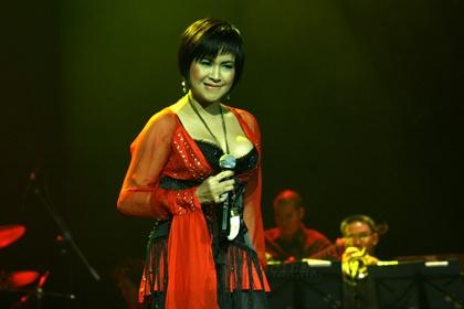 Sao Viet phan cam voi mot day nguc ngon ngon hinh anh 14 Thanh Lam kém duyên trên sân khấu vì hình ảnh bộ ngực