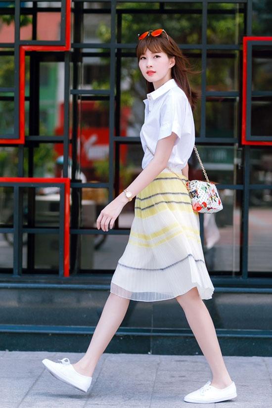Hoc sao Viet muon set do hap dan gioi may rau ngay hen ho hinh anh 12 Hoa hậu Thu Thảo đẹp dịu dàng khi khoác lên mình áo sơ mi trắng, chân váy voan mềm mại, giày đế bệt và túi đeo vai nhỏ nhắn.