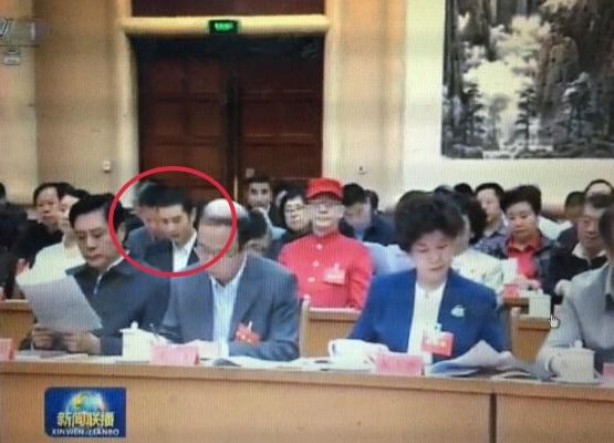 Huynh Hieu Minh duoc xep ngang hang Luc Tieu Linh Dong hinh anh 1 Huỳnh Hiểu Minh (khoanh đỏ) ngồi sát cạnh Lục Tiểu Linh Đồng (áo đỏ).