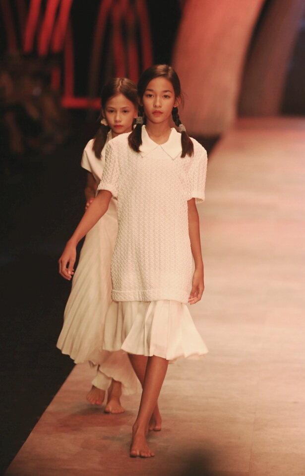 Trong lo luyen mau nhi: Dang sau nhung long lanh hinh anh 1 Hai mẫu nhí trình diễn trong sô của nhà thiết kế Li Lam vào tối 16-10 tại Tuần lễ thời trang quốc tế Việt Nam 2015 - Ảnh: Gia Tiến