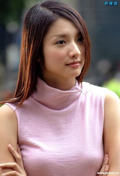 """Nga re cuoc doi cua dan sao 'Con loc tinh yeu' hinh anh 9 ai diễn trong Cơn lốc tình được xem là """"bệ phóng"""" trong sự nghiệp diễn xuất của Hứa Vỹ Luân. Thừa thắng xông lên, cô tiếp tục góp mặt ở phim Tình yêu tuổi 18 và nhận được đề cử Nữ diễn viên phục xuất sắc nhất tại giải Quả chuông vàng. Ở thời kỳ đỉnh cao của phim thần tượng Đài, cô cùng Lâm Y Thần, Trần Kiều Ân, Dương Thừa Lâm là những người đẹp nổi tiếng và được khán giả toàn Châu Á yêu thích. Ngoài hoạt động nghệ thuật, nữ diễn viên sinh năm 1978 còn thử sức trong lĩnh vực báo chí, cô cộng tác viết bài, làm stylist cho một tạp chí thời trang của Đài Loa"""