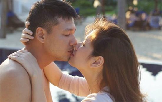 Dan Le, Jennifer Pham khong ngai hon dam duoi noi dong nguoi hinh anh 1