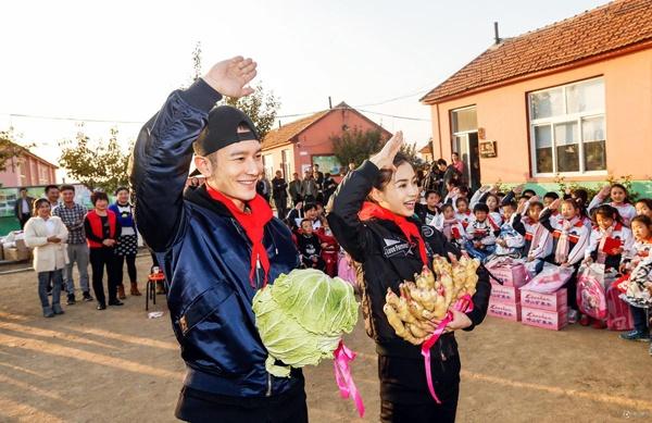 Angelababy ve que Huynh Hieu Minh sau dam cuoi hinh anh 7 Huỳnh Hiểu Minh và Angelababy từng bị chỉ trích khi không tổ chức cưới tại quê nhà. Nhưng với lần xuất hiện này, họ đã ghi điểm.