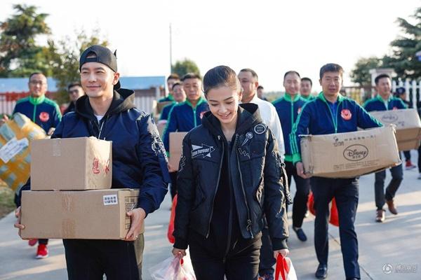 Angelababy ve que Huynh Hieu Minh sau dam cuoi hinh anh 1 Theo QQ, mới đây, Angelababy và Huỳnh Hiểu Minh đã trở về Thanh Đảo (Sơn Đông) tham gia các hoạt động từ thiện. Cô con dâu xinh đẹp của Thanh Đảo e ấp bên chồng trong chuyến về thăm quê hương.