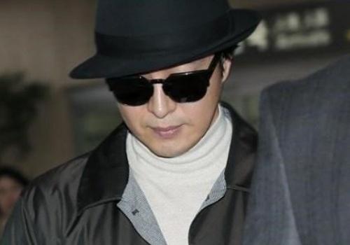 Bae Yong Joon va vo nguoi truoc ke sau tai san bay hinh anh