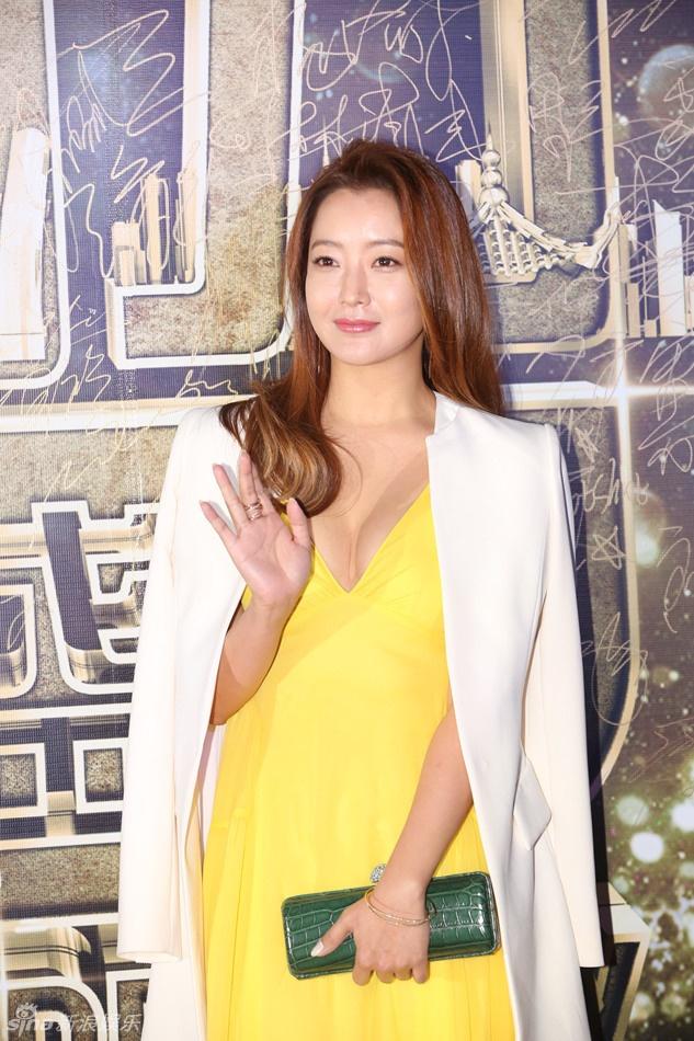 Kim Hee Sun goi cam giua dan sao Hoa ngu tren tham do hinh anh 2 Kim Hee Sun được truyền thông Trung Quốc đánh giá cao bởi vẻ đẹp ngọt ngào, đầy sức sống.