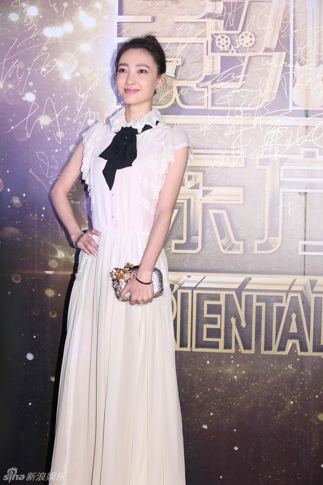 Kim Hee Sun goi cam giua dan sao Hoa ngu tren tham do hinh anh 5 Nữ diễn viên Vương Lệ Khôn mảnh mai trước ống kính.