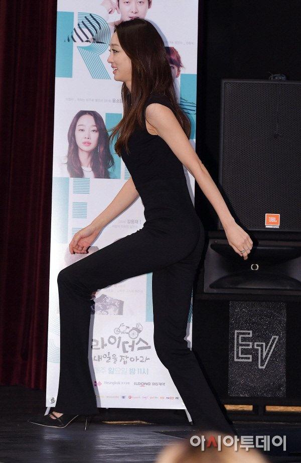 My nhan 'Xin loi, anh yeu em' hoc hac vi ep can hinh anh 1 Hôm 4/11, nữ diễn viên Choi Yeo Jin tới dự buổi ra mắt bộ phim mới Riders: Catch Tomorrow tại Gwanghwamun Cinecube ở Seoul. Người đẹp 32 tuổi gây sốc khi xuất hiện với thân hình gầy khẳng khiu. Diện trang phục đen càng khiến Choi Yeo Jin trông như que củi.