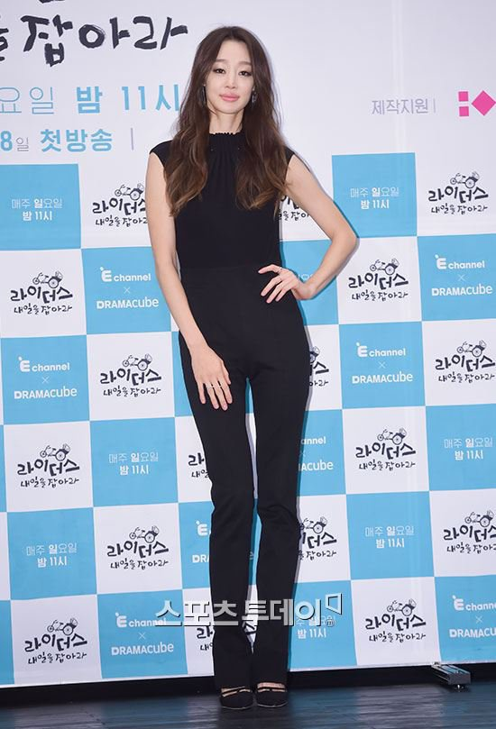 My nhan 'Xin loi, anh yeu em' hoc hac vi ep can hinh anh 2 Choi Yeo Jin là gương mặt quen thuộc trong các show truyền hình làm đẹp. Cô từng chia sẻ nhiều bí quyết giữ gìn vóc dáng. Tuy nhiên dường như ngôi sao phim Xin lỗi, anh yêu em đã giảm cân quá đà. Nữ diễn viên lộ chân tay xương xẩu, gương mặt hốc hác thiếu sức sống.