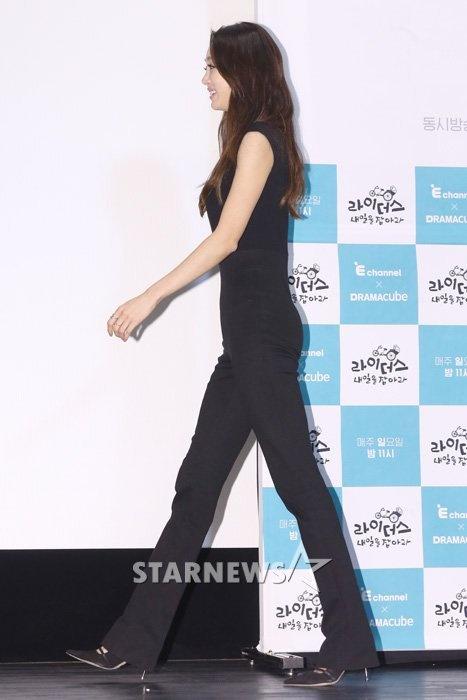 My nhan 'Xin loi, anh yeu em' hoc hac vi ep can hinh anh 3 Giảm cân và tập luyện quá sức còn khiến Choi Yeo Jin mất hẳn đường cong. Khi nhìn nghiêng, vòng 3 của nữ diễn viên hầu như kẹp lép.