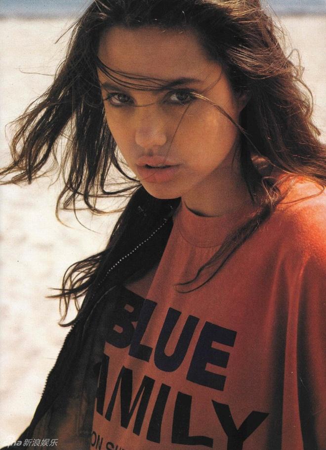 Ve dep cua bong hong noi loan Angelina Jolie hinh anh 5 Giai đoạn năm 1991, 1992 cô bắt đầu khởi nghiệp với nghề người mẫu và góp mặt trong vài dự án phim nhỏ.