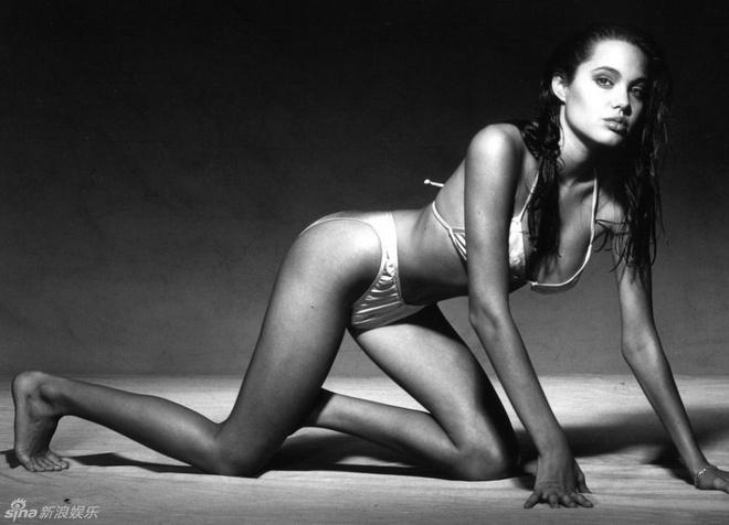 Ve dep cua bong hong noi loan Angelina Jolie hinh anh 7 Cô từng là người mẫu gợi cảm với những bộ ảnh diện nội y bỏng mắt.