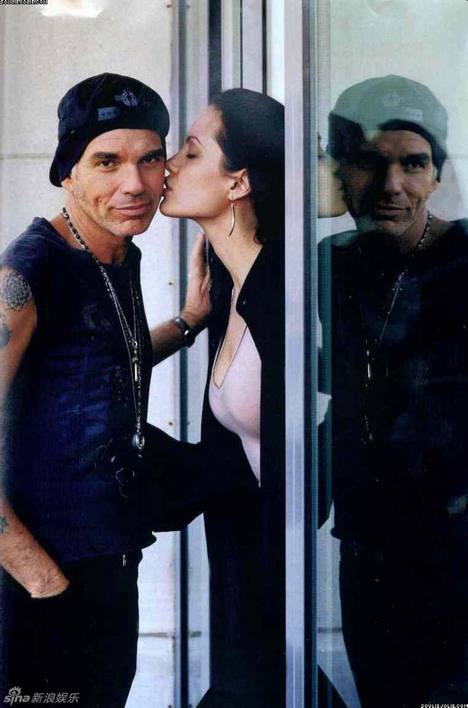 Ve dep cua bong hong noi loan Angelina Jolie hinh anh 12 Năm 2000, cô kết hôn với nam diễn viên Billy Bob Thornton. Tình cảm với Bob là bản năng tự nhiên theo đánh giá của chính Angelina. Giai đoạn chung sống, cô xăm tên chồng thể hiện tình yêu. Tuy nhiên, cuộc hôn nhân này cũng chỉ tồn tại 3 năm.