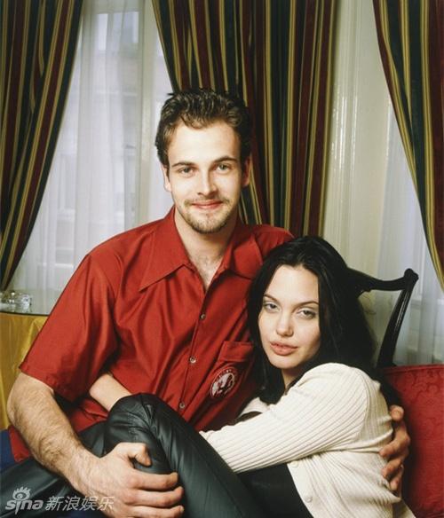 Ve dep cua bong hong noi loan Angelina Jolie hinh anh 11 Jolie bên người chồng đầu tiên - tài tử Johnny Lee Miller. Họ kết hôn năm 1996 và ly hôn sau 3 năm chung sống. Sau này, cô cho rằng nguyên nhân đổ vỡ trong lần kết hôn đầu là vì sự bồng bột, háo thắng của tuổi trẻ.