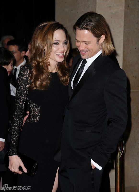 Ve dep cua bong hong noi loan Angelina Jolie hinh anh 13 Angelina Jolie hiện gắn bó với Brad Pitt, họ có 6 người con và kết hôn vào năm 2014. Trong sự kiện gần đây khi quảng cáo dự án phim mới, cô tiết lộ việc đã đổi họ sang Pitt, lấy tên đầy đủ Angelina Jolie Pitt.