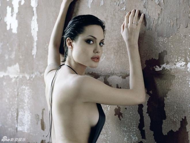 Ve dep cua bong hong noi loan Angelina Jolie hinh anh 1 Angelina Jolie sinh năm 1975 tại Los Angeles (Mỹ), là vẻ đẹp pha trộn của nhiều dòng máu Đức, CH Séc, Hà Lan, Ấn Độ và Mỹ. Cô được ví như bông hoa hồng gợi cảm nhưng lại có nét hoang dã của Hollywood.