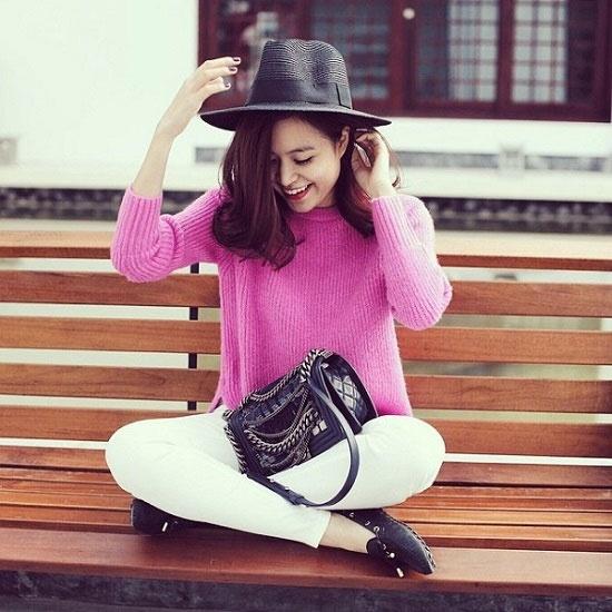 Mix voi ao len chui tre trung nhu sao Viet hinh anh 2 Tuy là món đồ khá cũ kĩ nhưng mỗi khi mùa thu đông về, các tín đồ thời trang, các ngôi sao, bạn gái lại nô nức tìm kiếm những mẫu áo len chui đầu cũng như cách kết hợp sành điệu nhất để