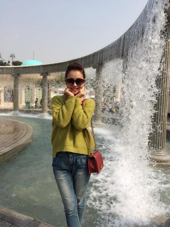 Mix voi ao len chui tre trung nhu sao Viet hinh anh 5 Trong chuyến ra nước ngoài để ghi hình cho một show truyền hình thực tế, Jennifer Phạm cũng