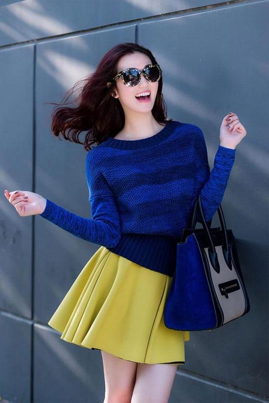 Mix voi ao len chui tre trung nhu sao Viet hinh anh 6 Khánh My xinh tươi và rạng rỡ nhờ áo len kẻ sọc xanh, túi màu đồng điệu và váy xòe bồng bềnh gam vàng.