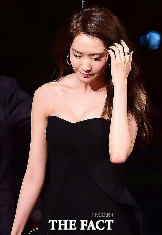 Yoona (SNSD) goi cam tren tham do hinh anh 2 Vốn trung thành với hình ảnh trong sáng, dễ thương, Yoona hiếm khi diện trang phục sexy. Diện mạo mới của nữ ca sĩ cũng khiến người hâm mộ chú ý.
