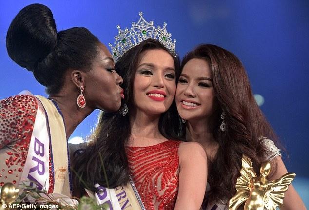 Thi sinh cao 1,63 m dang quang Hoa hau chuyen gioi quoc te hinh anh 3 Hoa hậu bên Á hậu 1 - thí sinh đến từ Brazil và Á hậu 2 là Sopida Siriwattananukoon của nước chủ nhà Thái Lan.