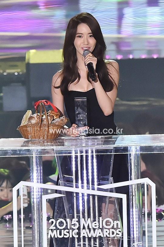 Yoona (SNSD) goi cam tren tham do hinh anh 4 Tại  Melon Music Awards 2015, Yoona đại diện cho SNSD nhận giải Top 10 nghệ sĩ của năm. Thành viên khác là Tiffany cũng gửi một clip hát tặng fan ca khúc Lion Heart – hit mùa hè của nhóm.