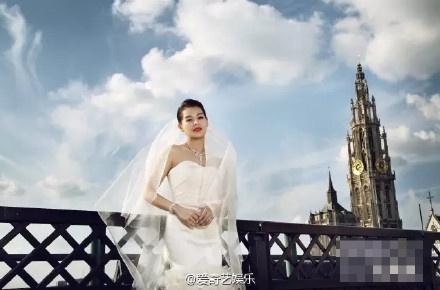 Ho Hanh Nhi cong bo anh cuoi va nhan dinh hon hinh anh 4 Hồ Hạnh Nhi hạnh phúc trong bộ váy cưới màu trắng tinh khôi.
