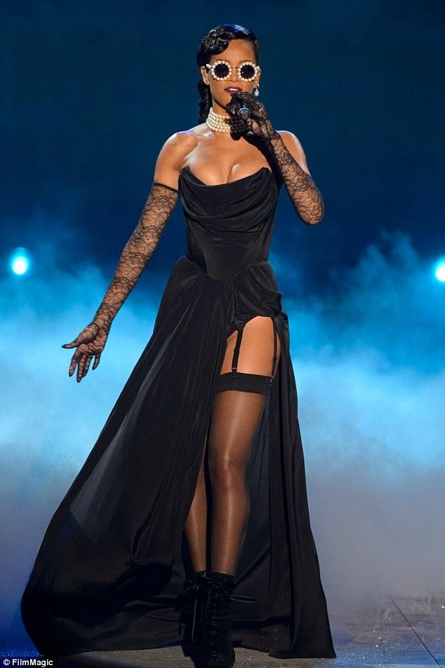 Rihanna trên sân khấu Victoria's Secret Fashion Show.