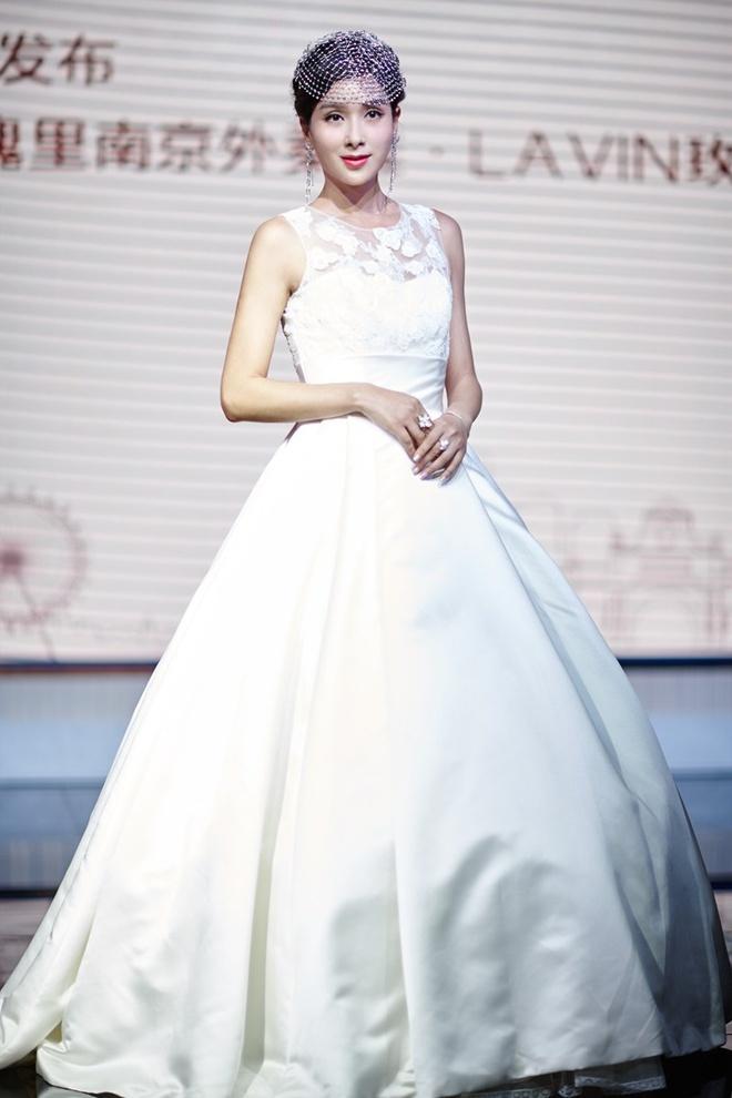 Cuoc doi lan dan cua Hoa hau chau A bi danh ghen cong khai hinh anh 3 Dương Cung Như trong sự kiện vào ngày 7/11. Hiện, cô chỉ tham gia vài sự kiện thời trang và góp mặt trong một số vai nhỏ trên truyền hình.