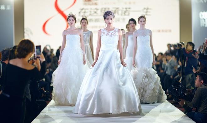 Cuoc doi lan dan cua Hoa hau chau A bi danh ghen cong khai hinh anh 4 Dương Cung Như chỉ được mặc váy cưới trên sân khấu.