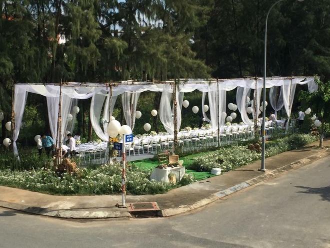 Phan Nhu Thao hanh phuc ben hon phu trong le dinh hon hinh anh 1 Ngày 06/11 vừa qua, những hình ảnh trong lễ đính hôn của Phan Như Thảo với doanh nhân Đức An được hé lộ khiến công chúng không khỏi bất ngờ. Khung cảnh buổi tiệc được trang hoàng với game màu trắng