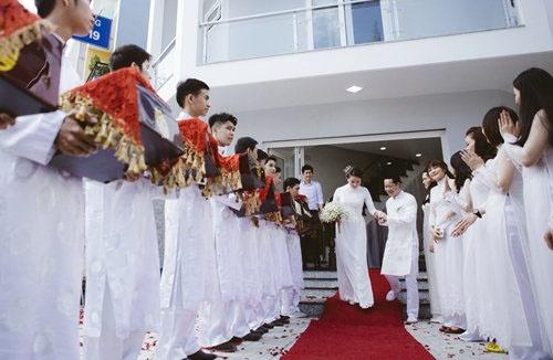 Phan Nhu Thao hanh phuc ben hon phu trong le dinh hon hinh anh 4 Chú rể Đức An hạnh phúc đón vợ trước sự chứng kiến của hai bên gia đình