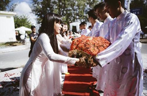 Phan Nhu Thao hanh phuc ben hon phu trong le dinh hon hinh anh 5 Đội bê tráp của nhà trai và nhà gái trao sính lễ