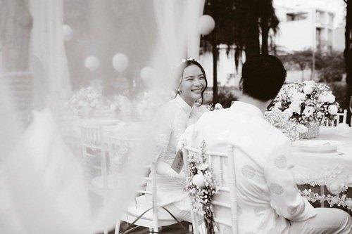 Phan Nhu Thao hanh phuc ben hon phu trong le dinh hon hinh anh 8 Nụ cười rạng rỡ trong buổi tiệc đủ cho thấy cô dâu Phan Như Thảo  đang hạnh phúc bên chú rể của mình.