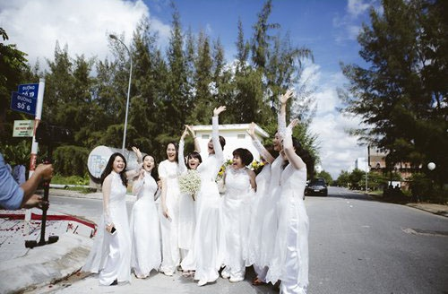 Phan Nhu Thao hanh phuc ben hon phu trong le dinh hon hinh anh 9 Phan Như Thảo tinh nghịch vui đùa chụp ảnh lưu niệm bên các phù dâu