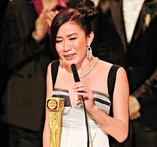 Xa Thi Man - 'nang Chu Chi Nhuoc' tan cong man anh rong hinh anh 3 Năm 2006, lần đầu tiên đăng quang Thị hậu TVB, Xa Thi Mạn đã bật khóc vì xúc động. Ảnh: TVB