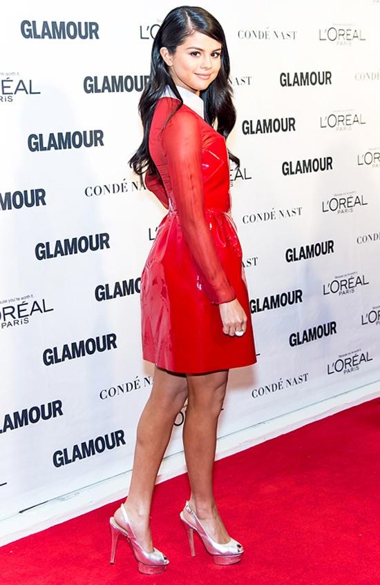 Selena Gomez than thiet chang trai la hinh anh 1 Hôm 9/11, Selena Gomez tham dự sự kiện vinh danh Người phụ nữ của năm do tạp chí Glamour tổ chức ở New York . Người đẹp diện bộ váy liền màu đỏ nổi bật hiệu Valentino. Tại đây cô không lẻ loi mà có một người bạn nam đi cùng, anh chàng này là người mẫu trẻ Samuel Krost – bạn của chân dài Gigi Hadid cùng trong nhóm với Selena.