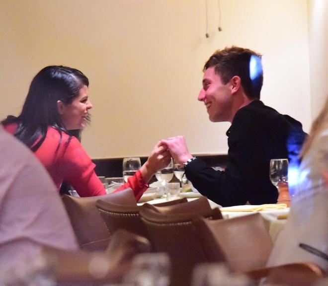 Selena Gomez than thiet chang trai la hinh anh 3 Theo cánh săn ảnh, Selena và chàng trai mới liên tục nắm tay nhau trong bữa tối, cả hai liên tục cười đùa vui vẻ.